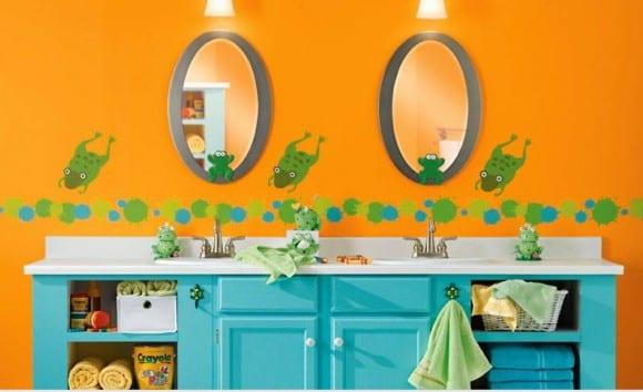 frosch wand deko- wandstreich idee fürs bad- blauer waschbeckenschrank mit zwei waschbecken