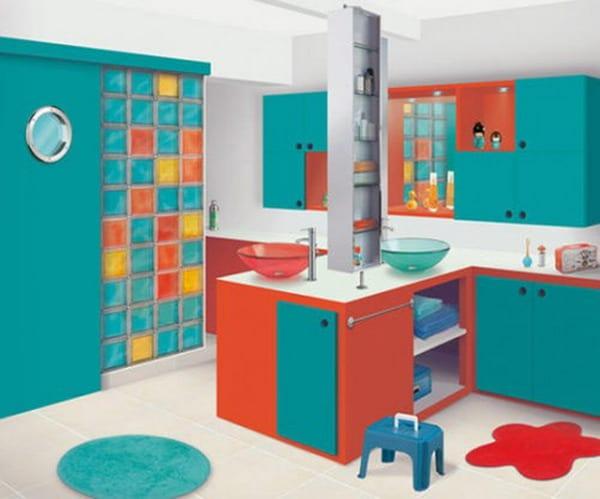 modernes Badezimmer in blau und orange für zwei kinder