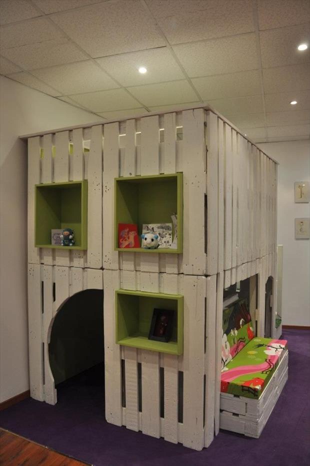 kreatives Spielhaus für kinder in zwei etagen aus paletten