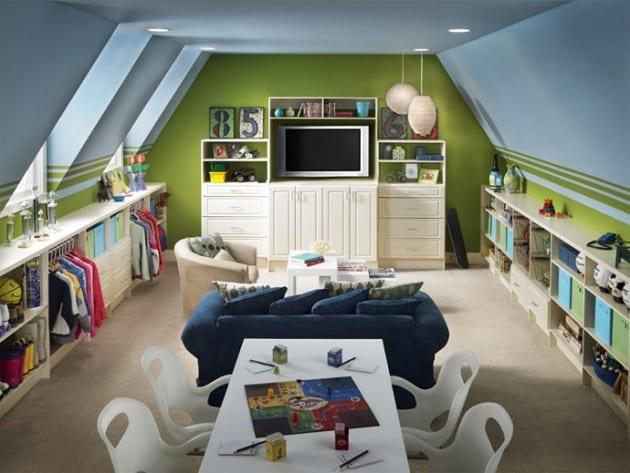 Kinderzimmer mit blau gestrichener decke und grüne wänden- offener Kinderkleiderschrank