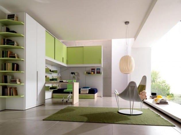 kinderzimmer teppich-weißer Wandschrank mit grünen Bücherregalen und schiebeturschrank