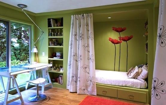 eingebautes Bett und Bücherregale - weißer Schreibtisch aus paletten