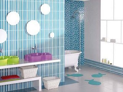 badezimmer mit blauen Fliesen und möbel für kinder