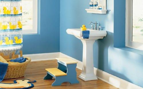kinder duschvorhang und kinderstufen im badezimmer