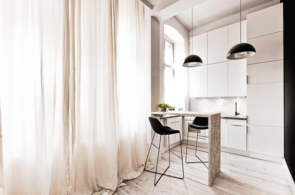 kleines apartment einrichtungsidee- esstheke mit barhockern und deckenleucten in schwarz