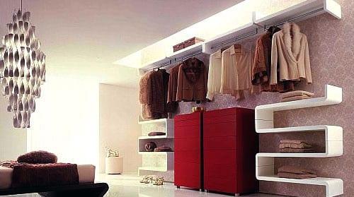 ankleidezimmer mit modernen weissen wandregalen und schrank in rot