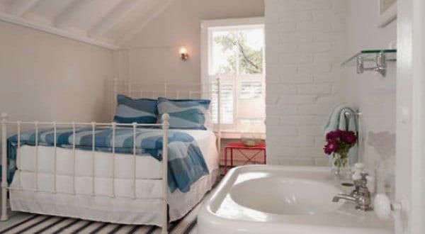 kleines schlafzimmer mit waschbecken am dach freshouse. Black Bedroom Furniture Sets. Home Design Ideas