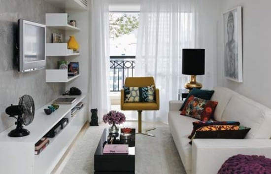 Frische Idee Für Wohnungsgestaltung Mit Weißen Wandregalen Und Kleinem  Couchtisch In Schwarz. Minimalistische Wohnzimmer Einrichtungsidee