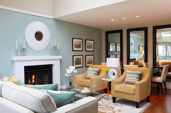 spiegel gestaltung im wohnzimmer- gelbe polstersessel-blaue wand streich idee