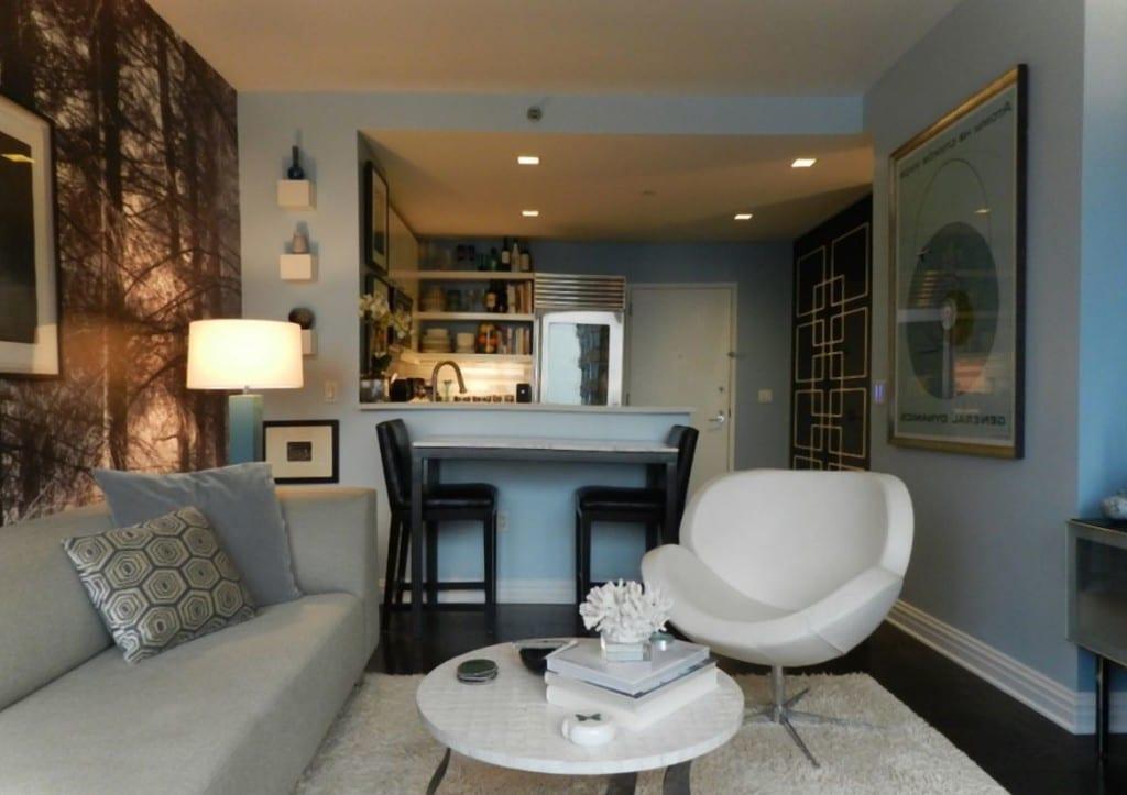 Wohnungsgestaltung Mit Wandtapete  Runde Kaffeetisch  Weißser Polstersessel