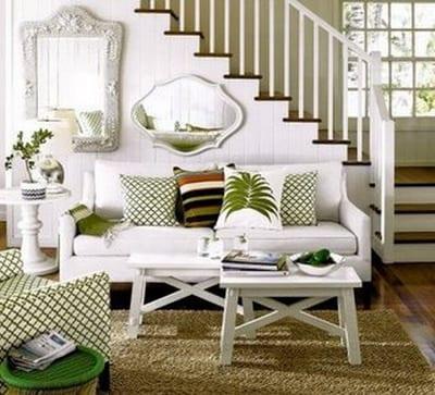 weiße holztreppe-holz couchtisch-wandspiegel idee-weißes sofa