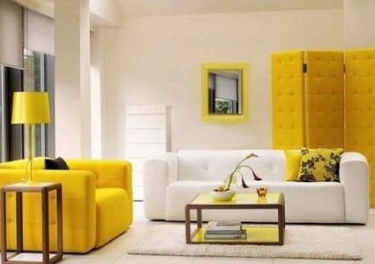 Einrichtungsidee mit gelben ledersessel und weißem polstersofa- holzrahmen kaffeetisch mit glasplatte-kreative gestaltungsidee