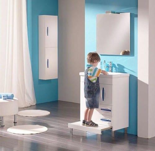 waschbecken-schrank mit stufe für kinder im bad