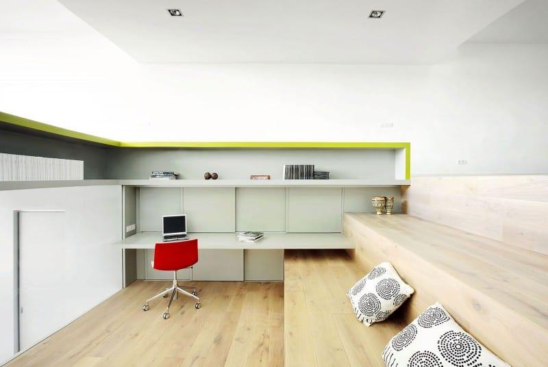 Holzstufen als sitzfläche - moderne Einrichtungsidee für den Arbeitsraum mit eingebauten Schränken mit schiebetüren