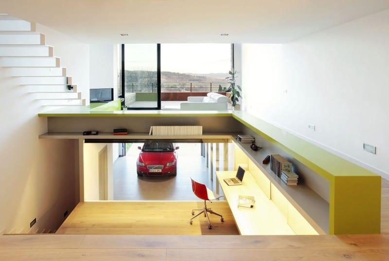 kreatives Geländer als Bücherregal in gelb- filigrane weiße Innenraum-Treppe