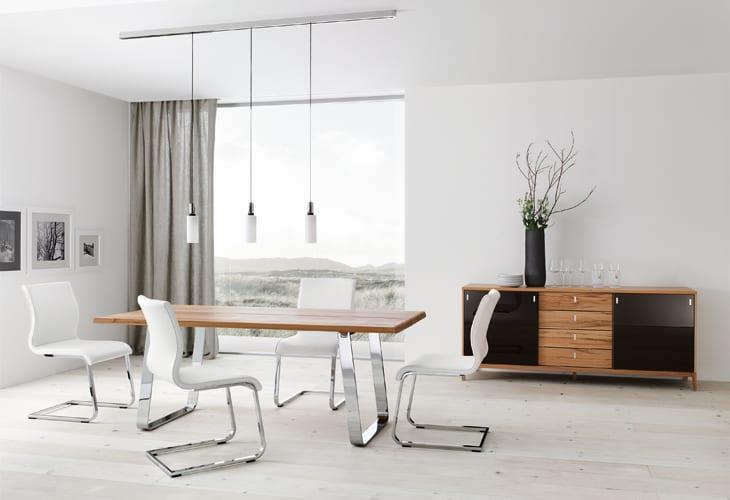Holzesstisch mit metallfüßen und moderne gepolsterte Stühle aus weißem leder