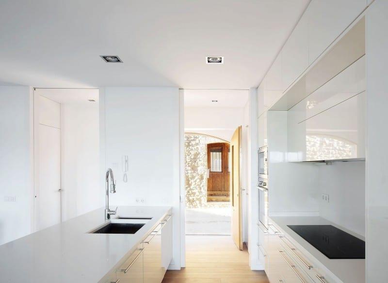 moderne weiße Küche mit kochinsel von zwei seiten begehebar