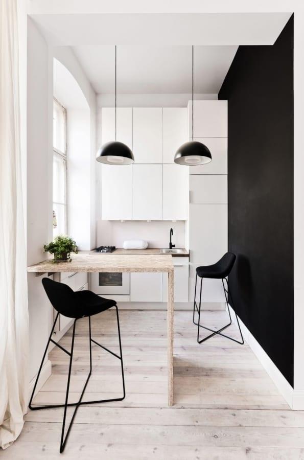 weiße küche für kleine wohnung- schwarze wand streichidee
