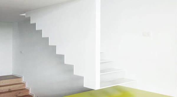minimalistische wei e treppe terrassiertes haus in. Black Bedroom Furniture Sets. Home Design Ideas