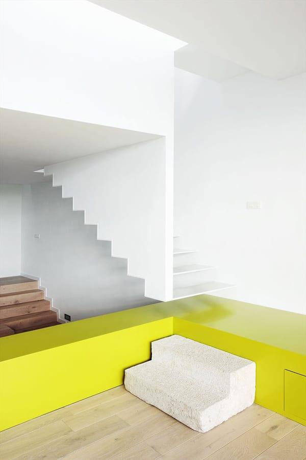 Farbeinrichtungsidee mit weiß und gelb - monernes Wohnzimmer mit Treppe