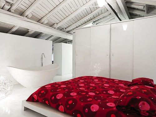 freistehenede Badewanne im schlafzimmer und weißer kleiderschrank als trennungselement