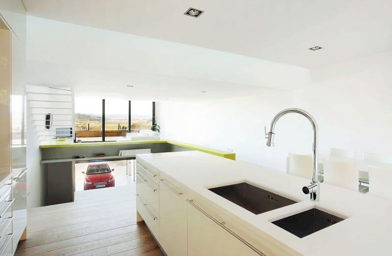 minimalistische kücheeinrichtungsidee in weiß mit kochinsel