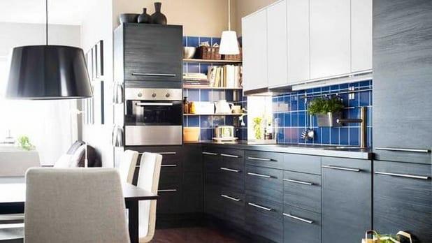 Küche mit schwarzem Holzmuster-Küchenschränken und blauen Wandfließen
