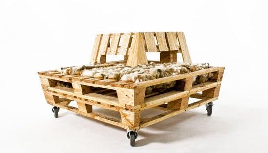 mobile Holzsitzecke aus europaletten mit Rückenlehne