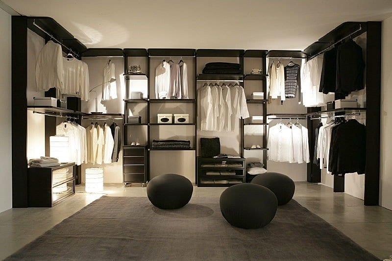 ankleideraum in schwarz mit offene Kleiderregalen