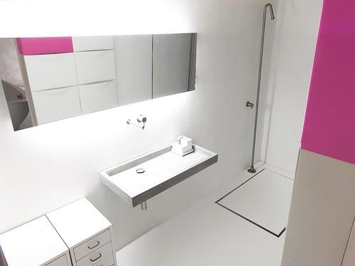 minimalistisches badezimmer einrichtung in weiß und pink_freistehende dusche