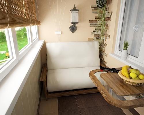 kleiner Balkon mit Terrakotta und klappbarem Holztisch