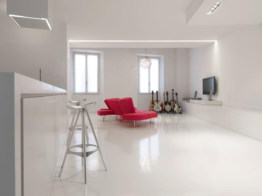 minimalistische Wohneinrichtung in weiß mit rotem Sofa und decke-lichtgestaltung