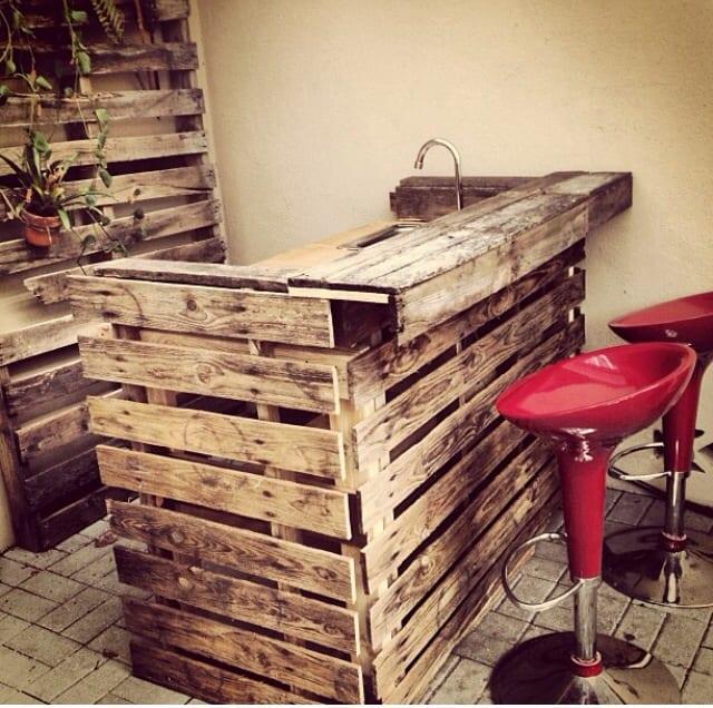 DIY Bartheke für den Garten mit roten Barhockern