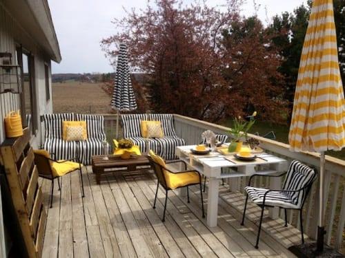 weißer Esstisch aus europaletten-terrasse paletten einrichtung in weiß, blau und gelb