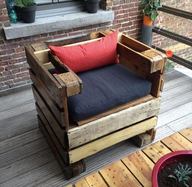 kreative Palettenidee für Sessel mit Sitzkissen auf der Terrasse