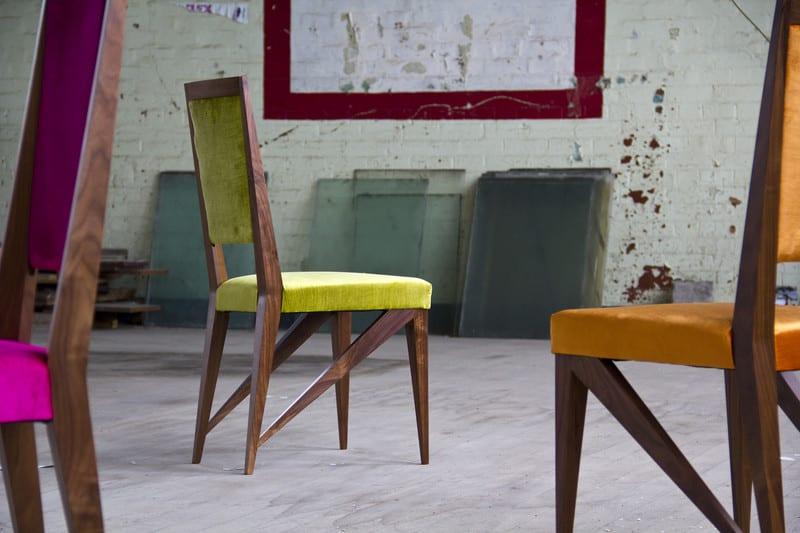 Desinder Holzstühle in grellen Farben fürs Esszimmer