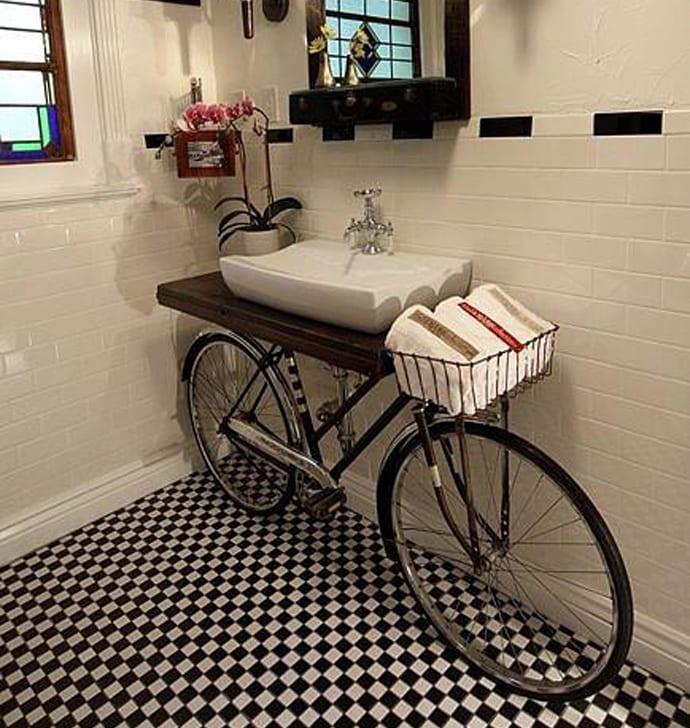 kreative wohnideen fürs badezimmer mit altem Fahrrad