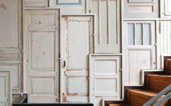vintage-wandgestaltung aus alte holztüren in weiß