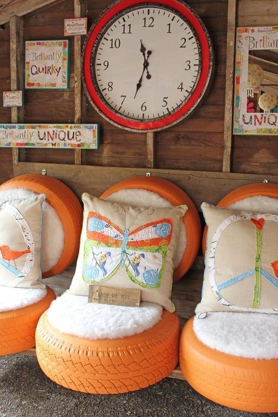 kreative stühle aus autoreifen in orange mit weißen sitzkissen