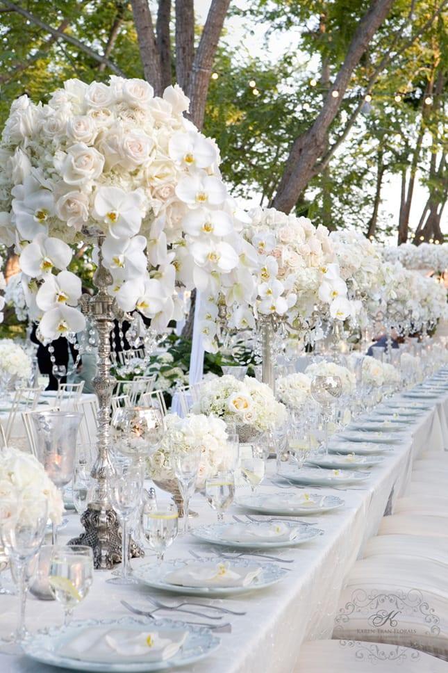 blumen hochzeit dekoration mit weißen rosen und orchideen