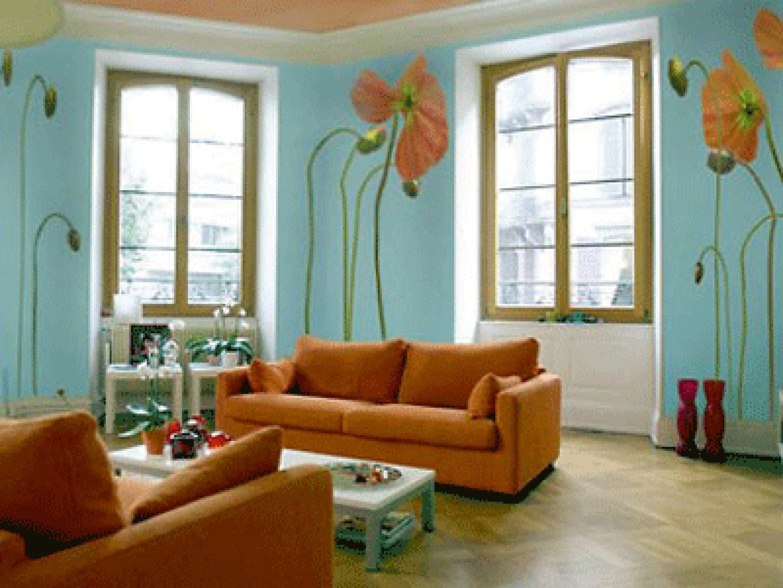 Wohnzimmereinrichtung in blau mit Sofa in orange und Mohnblumen-Wanddeko