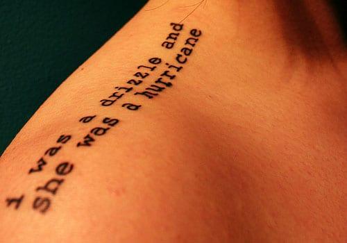 schriftzug tattoo für die schulter