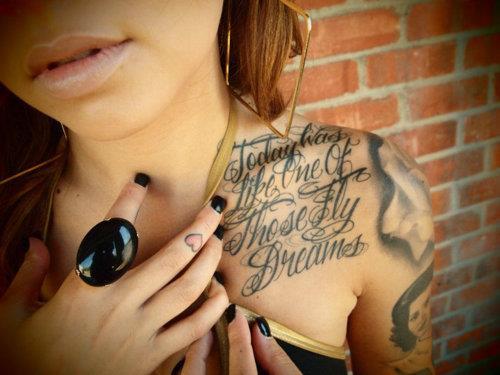 interessante schriftzug tattoo idee