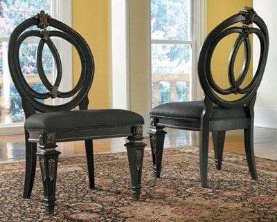 Holzstühle mit handgeschnitzten Vorderbeinen und runden Rücklehnen