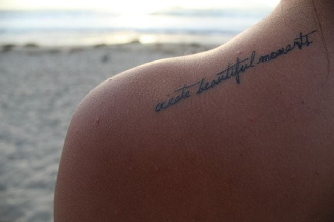 schulter tattoo schrift idee