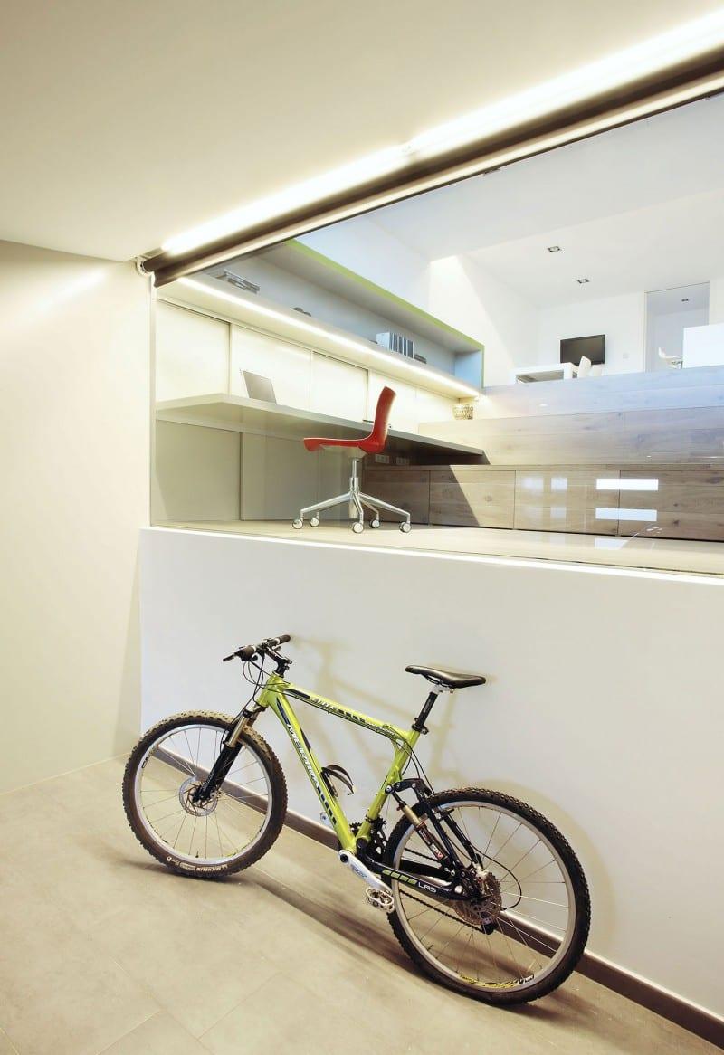 minimalistische Einrichtungsidee- Vitrine mit Rolllade zwischen Wohnraum und Garage