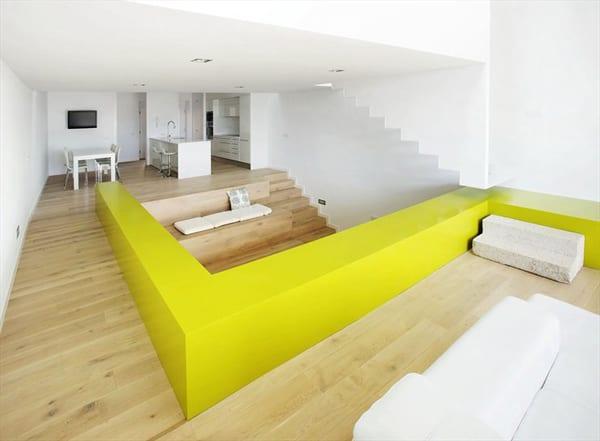 minimalistische einrichtungsidee mit gelb als farbakzent-holzboden im wohnraum