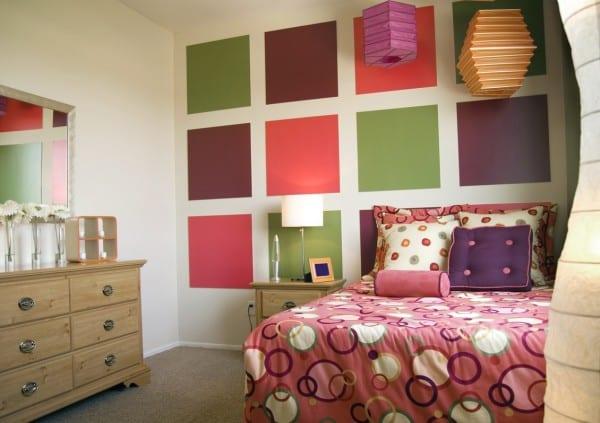 kreative idee für Wandgestaltung mit bunt gestrichenen quadraten