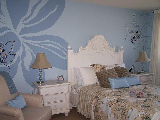 Schlafzimmer wandgestaltung mit Blumenmotiven in blau