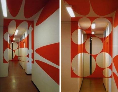 kreative Korridor-Wandgestaltung mit roten kreisen